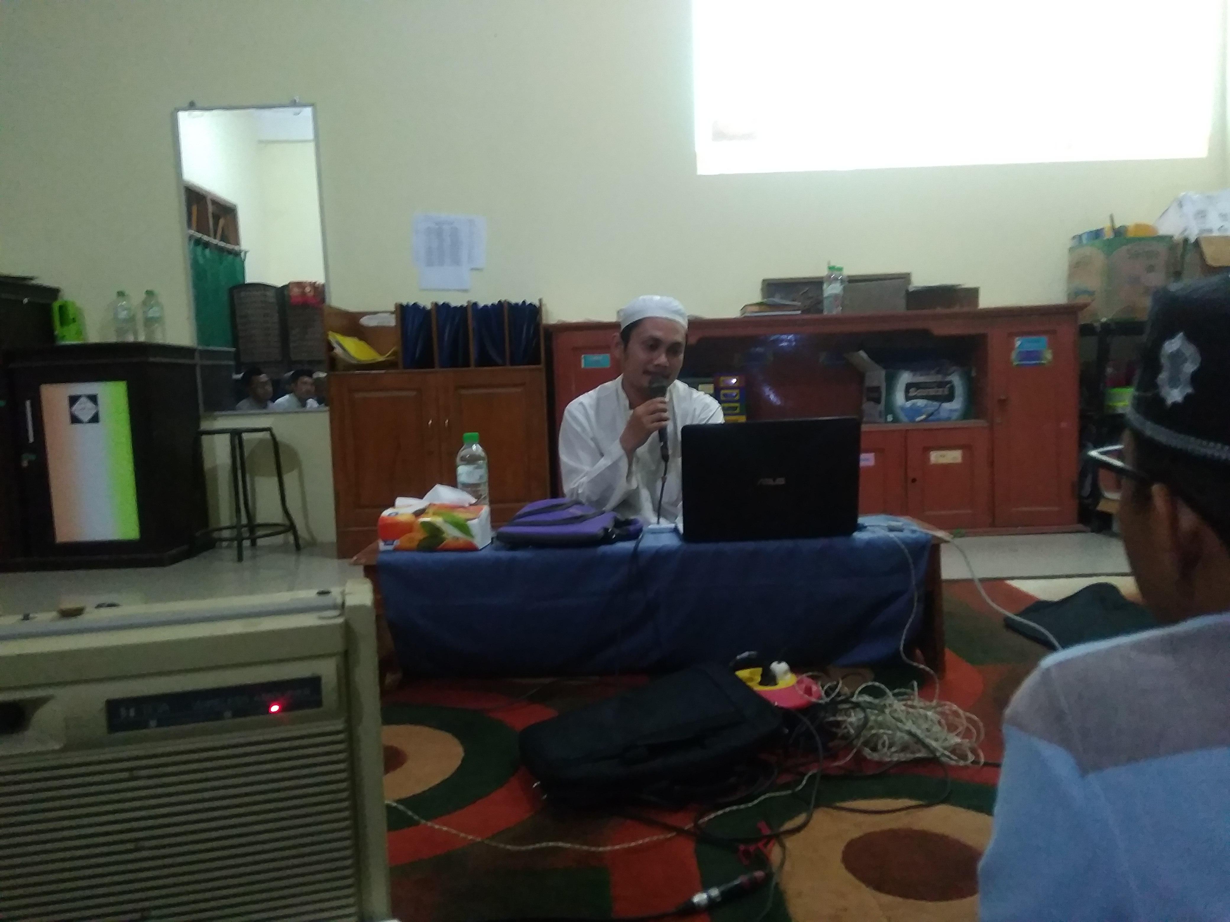 Ustadz Fauzan Imron ketika mengisi mentoring semalam