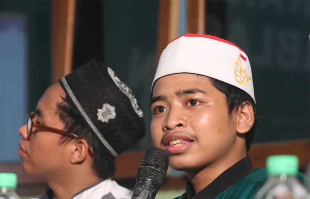 Miromly Attakriny sedang mempresentasikan artikelnya tentang toleransi antar umat beragama.